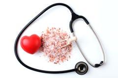 Rotes Herz mit Stethoskop und Salz Lizenzfreies Stockbild