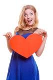Rotes Herz Rot stieg auf weißen Hintergrund Das nette blonde Mädchen, das ihr Gesicht mit Herzen bedeckt, formte greating Karte Stockfotografie