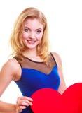 Rotes Herz Rot stieg auf weißen Hintergrund Das nette blonde Mädchen, das ihr Gesicht mit Herzen bedeckt, formte greating Karte Lizenzfreie Stockfotografie