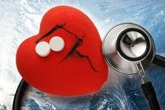 Rotes Herz, Stethoskop und Pillen Stockfoto