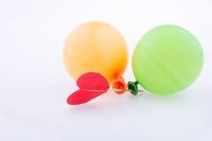 Rotes Herz und bunte kleine Ballone Stockfotografie