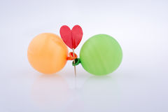 Rotes Herz und bunte kleine Ballone Lizenzfreies Stockfoto