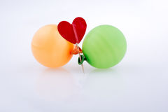 Rotes Herz und bunte kleine Ballone Stockbild