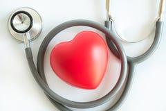 Rotes Herz und ein Gesundheitswesen Stethoskop medizinischer Ausrüstung medizinisch lizenzfreie stockbilder