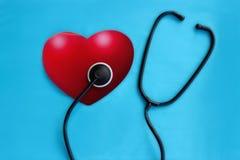 Rotes Herz und ein Stethoskop auf dem blauen Hintergrund Stockfoto