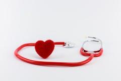 Rotes Herz und ein Stethoskop auf Schreibtisch Stockbild