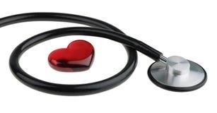 Rotes Herz und ein Stethoskop, lokalisiert auf weißem Hintergrund mit Beschneidungspfad Stockfotos