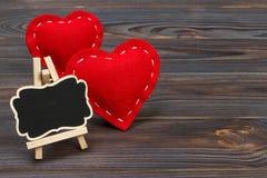 Rotes Herz und kleine Tafel mit Kopienraum auf einem schwarzen Hintergrund Valentinsgruß ` s Tageszusammensetzung Stockbilder