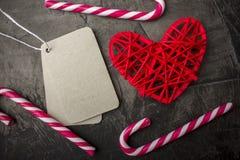 Rotes Herz und saubere Tags für Ihren Text, auf einem dunklen Hintergrund Valentinsgruß ` s Tag oder Hochzeit Lizenzfreie Stockfotografie