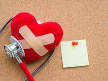 Rotes Herz und Stethoskop auf blauem hellem hölzernem Hintergrund heal lizenzfreie stockbilder