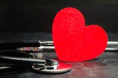 Rotes Herz und Stethoskop Das Konzept von Medizin und von Krankenversicherung, Familie, Leben krankenwagen Kardiologie-Gesundheit stockfotografie