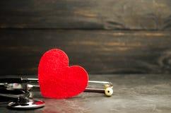 Rotes Herz und Stethoskop Das Konzept von Medizin und von Krankenversicherung, Familie, Leben krankenwagen Kardiologie-Gesundheit lizenzfreie stockfotografie