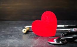 Rotes Herz und Stethoskop Das Konzept von Medizin und von Krankenversicherung, Familie, Leben krankenwagen Kardiologie-Gesundheit lizenzfreie stockfotos