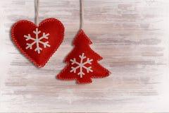 Rotes Herz und Tannenbaum auf hölzernem Stockfoto