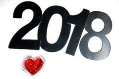 Rotes Herz von den Scheinen und von den Zahlen des neuen Jahres 2018 Lizenzfreie Stockfotos