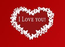 Rotes Herz von Schmetterlingen auf einem roten Hintergrund Stockfoto