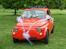 Rotes Hochzeitsauto Stockfoto
