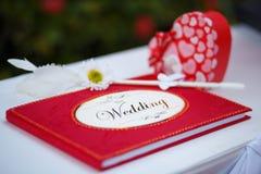 Rotes Hochzeitsvermutungsbuch Stockbilder