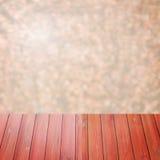 Rotes Holz der leeren Perspektive über unscharfen Bäumen mit bokeh Hintergrund, für Produktanzeigenmontage Stockbilder