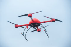 Rotes industrielles Brummen fliegt über Metallbauten industrielles faci Stockfoto