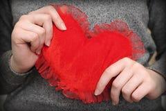 Rotes Inneres in den Händen der Frau Stockfotos