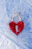 Rotes Inneres des Liebessymbols im Wintereis Stockfoto