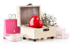Rotes Inneres mit Taste und Geschenk im Kasten Stockfoto