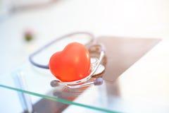Rotes Inneres und ein Stethoskop Lizenzfreie Stockfotografie