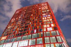 Rotes Kalypsowolkenkratzerwohngebäude Lizenzfreie Stockfotos
