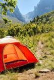 Rotes kampierendes Zelt in den nebelhaften Bergen Lizenzfreies Stockfoto