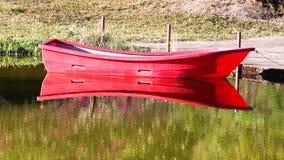 Rotes Kanu des ruhigen Morgens auf See, HD 1080P Lizenzfreies Stockbild