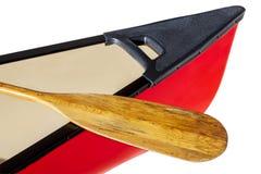 Rotes Kanu mit Paddel Stockbilder