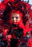 Rotes Karnevalskostüm und -maske in Venedig, Italien Stockfotografie