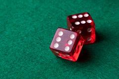 Rotes Kasino würfelt lizenzfreies stockfoto