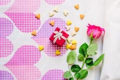 Rotes Kastengeschenk surronded durch Herzen und Blumen Lizenzfreie Stockfotografie