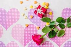 Rotes Kastengeschenk surronded durch Herzen und Blumen Lizenzfreies Stockfoto