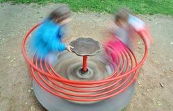 Rotes Kinderkarussell, das um spinnt Lizenzfreie Stockbilder
