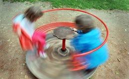 Rotes Kinderkarussell, das um spinnt Stockbild