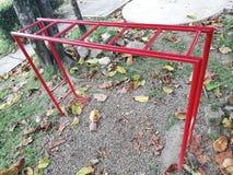 Rotes Kinderspiel im Freien stockfotografie