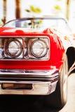 Rotes klassisches Sportauto, das schnell, in Bewegungsunschärfehintergrund geht Lizenzfreies Stockfoto