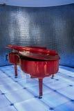 Rotes Klavier auf blauer Vereinszene Lizenzfreie Stockfotografie