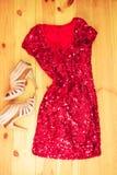 Rotes Kleid auf hölzernem Hintergrund Flache Lage, Draufsicht Frau colorf Lizenzfreie Stockfotografie