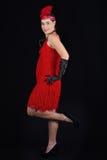 Rotes Kleid der jungen schönen Art-Kleidung des Brunette im Jahre 1920 und ein F.E. Lizenzfreies Stockbild