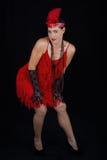 Rotes Kleid der jungen schönen Art-Kleidung des Brunette im Jahre 1920 und ein F.E. Stockfotos