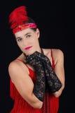 Rotes Kleid der jungen schönen Art-Kleidung des Brunette im Jahre 1920 und ein F.E. Lizenzfreie Stockfotos