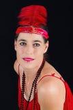 rotes Kleid der schönen Art-Kleidung des Brunette im Jahre 1920 und ein F.E. Stockfotografie