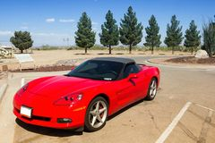 Rotes konvertierbares Sportauto Stockfotografie