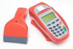 Rotes Kreditkarte-Terminal mit Scanner Stockbilder