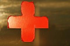Rotes Kreuz auf Fenster Stockfotos
