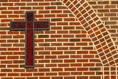 Rotes Kreuz von Jesus With ein Ziegelstein-Hintergrund lizenzfreie stockbilder